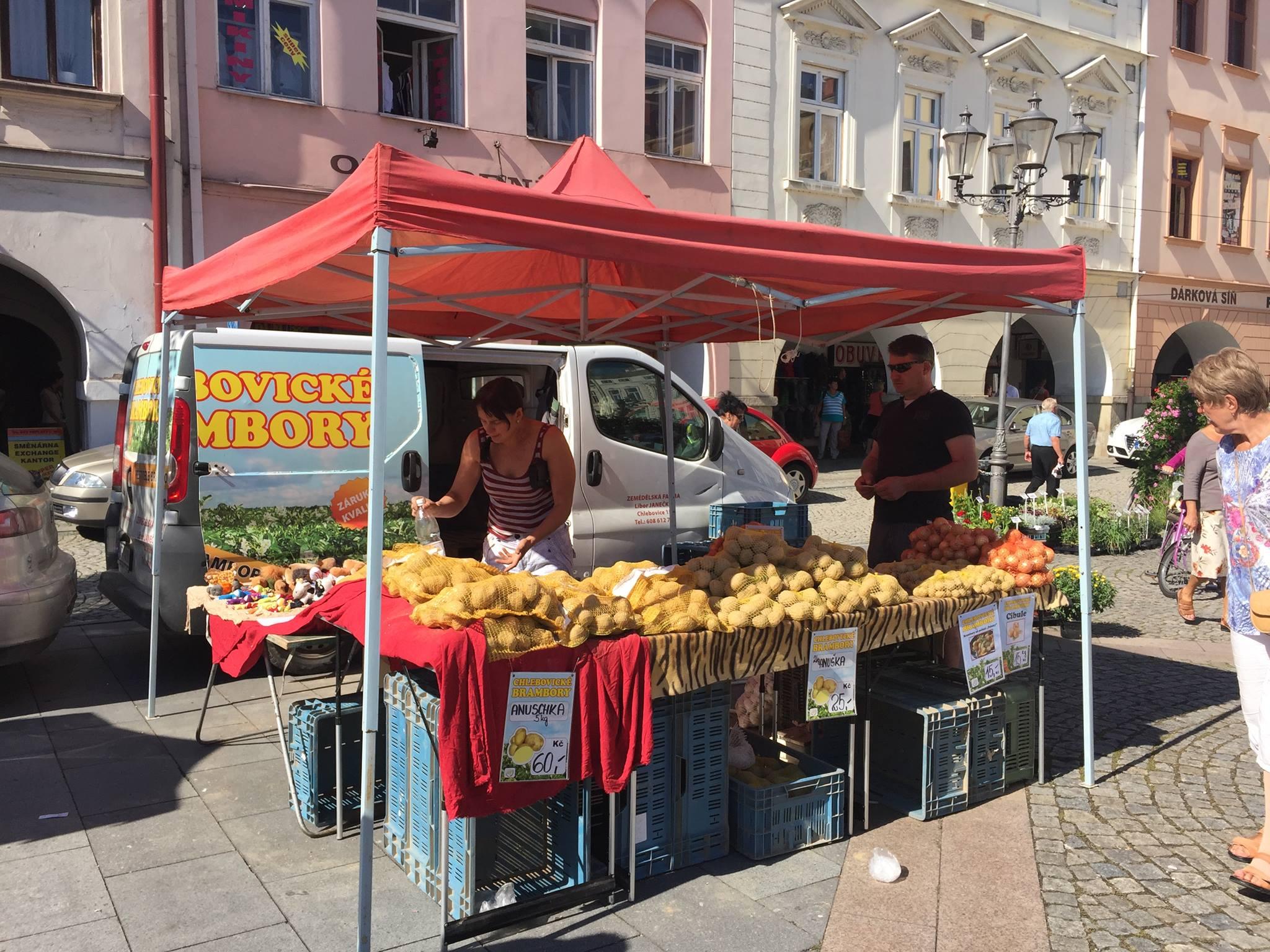 Fotka stánku Chlebovických brambor na Farmářských trzích ve F-M